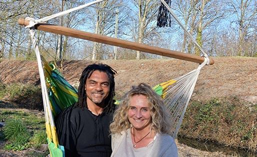 In de hangmat, Kenneth en Danielle Leeuwin